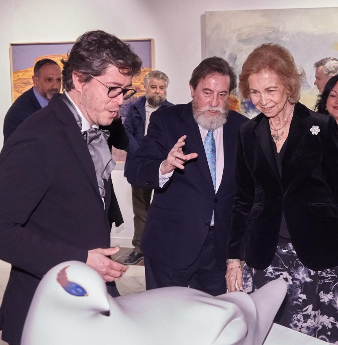 Teddy Cobeña con la Reina Sofía y el presidente de los escultores y pintores de España